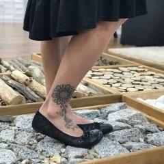 Opravdu elegantní balerínky se u barefoot hledají těžko. Zaqq, ale má model jménem Twist, který tenhle požadavek splní. Jsou spíš na užší nohu, ale drží krásně, nevyzouvají se :-) Vyhnout by se jim měli jen ženy s dominantním palcem :-) Na webu je najdete, když zadáváte do vyhledávání slovo