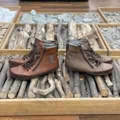Pomalu už naskladňuje naše oblíbené zimní Magical Shoes Alaskan. Jsou s membránou, vyteplené vlnou a z boku mají zip pro snadné obouvání. Pohodlnost jejich podrážky se dá přirovnat ke značce Leguano :-) U nás webu je najdete když zadáte do vyhledávání
