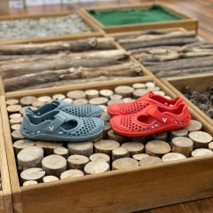 Letošní dětské Vivobarefoot Ultra konečně skladem 🙂 Letos krásná červená a šedá 🙂  Už je máte doma? 🙂  Na webu je najdete pokud dáte do vyhledávače Ultra a nebo stačí kliknout na fotku a zobrazit si přímo produkt :-)   #barefootmanie #barefoot #barefootprodeti #vivobarefoot #vivobarefootkids