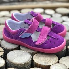 Kdo velmi netrpělivě vyhlížel holčičí sandálky od značky Beda Barefoot, tak se konečně dočkal. Po třpytivých se zaprášilo a nová barva Mia, také mizí závratnou rychlostí, tak moc neváhejte. I my na ně čekali opravdu dlouho :-( Na webu je najde buď při zadání slova